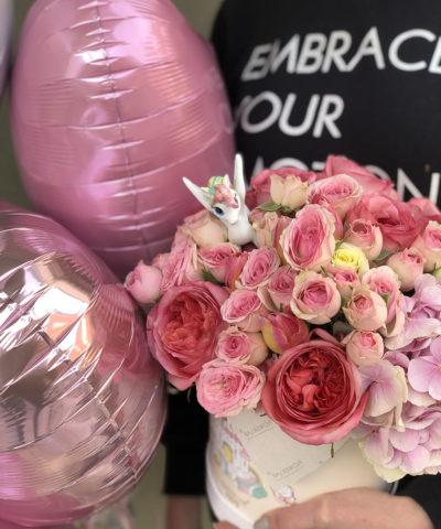 Цветы в шляпной коробке с единорогом